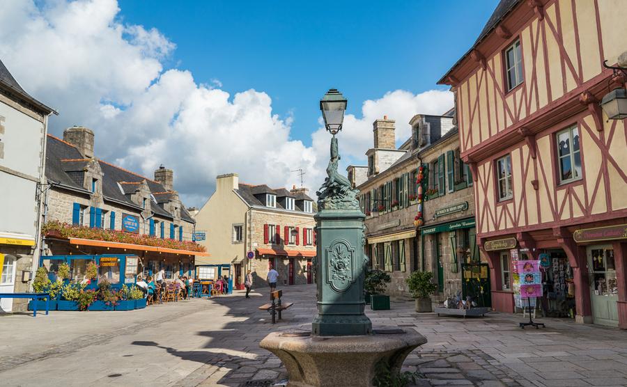 A quiet square in Concarneau. HUANG Zheng / Shutterstock.com